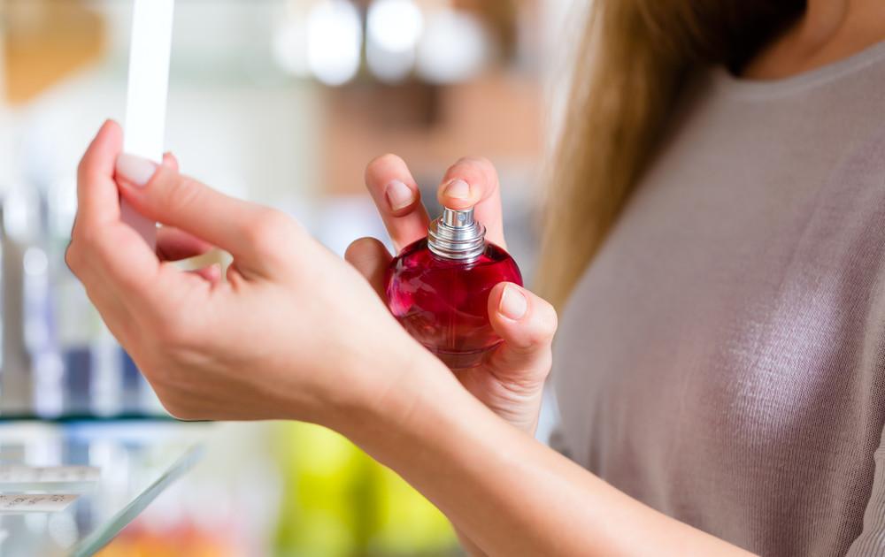 10 способів продовжити стійкість улюблених парфумів