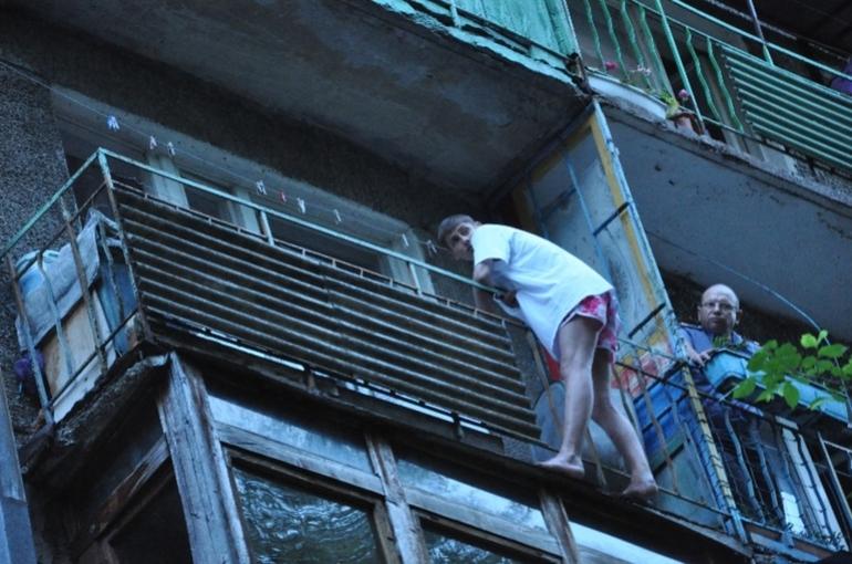 Балкон у сонник до чого сниться бачити його без перил, стояти на ньому або падати з висоти