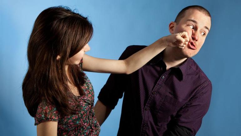 Битися з жінкою уві сні: що означає бійка з незнайомою дівчиною або суперницею, на думку сонників