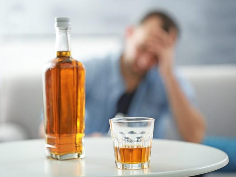 До чого сниться алкоголь: значення образу спиртних напоїв, випивки і сп'яніння, тлумачення по сонникам