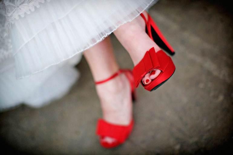 До чого сниться червоний колір: що означає бачити одяг червоного відтінку і дорогоцінне каміння за різними сонникам