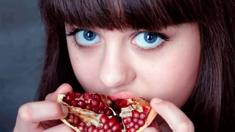 До чого сниться гранат: значення стиглого фрукта з зернами для дівчат і чоловіків по сонникам