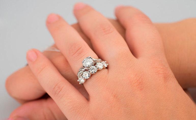 До чого сниться кільце з діамантом: що означає знайти, подарувати або бачити весільна прикраса на пальці