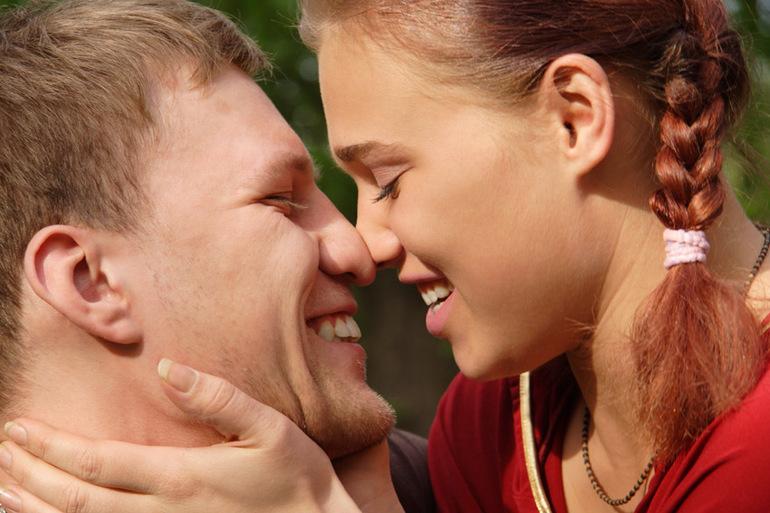 До чого сниться незнайомий хлопець: що означає гуляти з ним під руку, чути визнання в любові по соннику