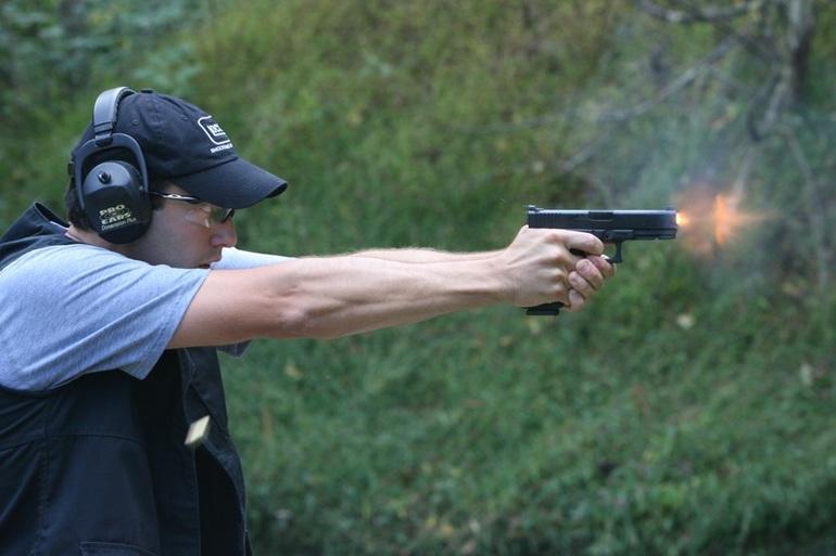 До чого сниться пістолет: тримати в руці револьвер жінці уві сні