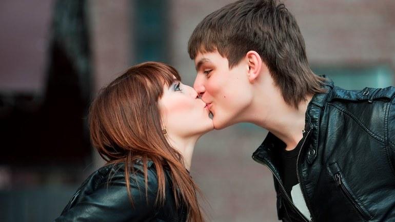 До чого сниться поцілунок з колишнім хлопцем: тлумачення снів, в яких приснилося цілувати коханого в губи
