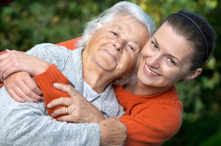 До чого сниться померла бабуся: що значить розмовляти, цілувати, лаятися, говорити з нею