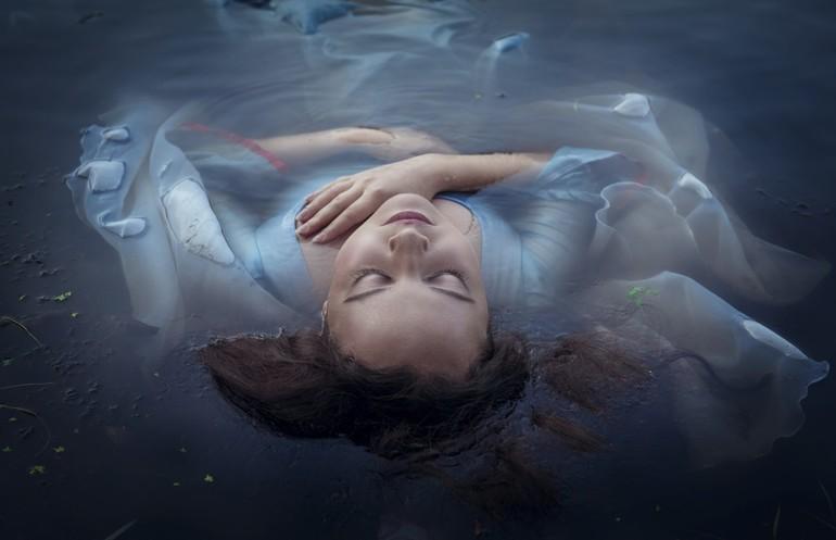 До чого сниться тонути в чистій або каламутній воді: різні трактування по сонникам в залежності від деталей