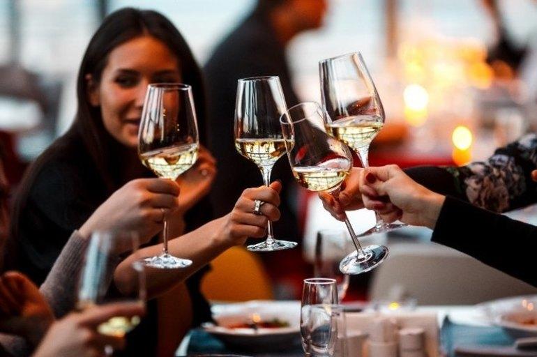 До чого сниться вино по соннику: в пляшці і в келиху, пити, купувати і продавати