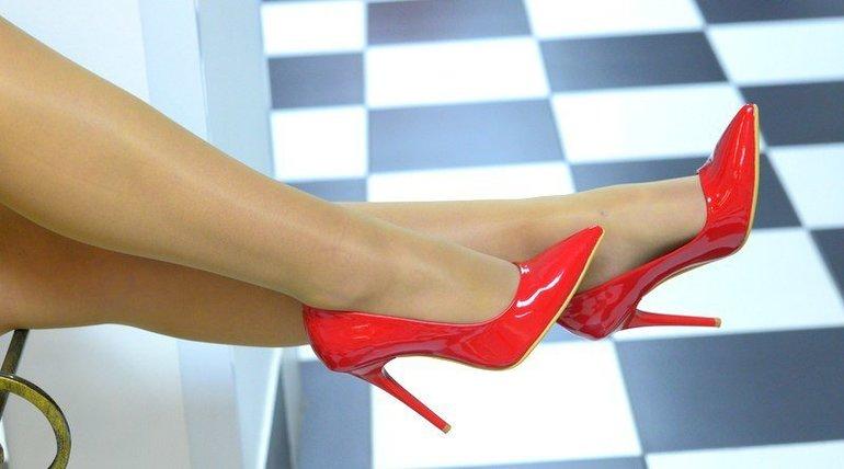 До чого сняться червоні туфлі по соннику: взуття на високому каблуці, значення для жінок і чоловіків