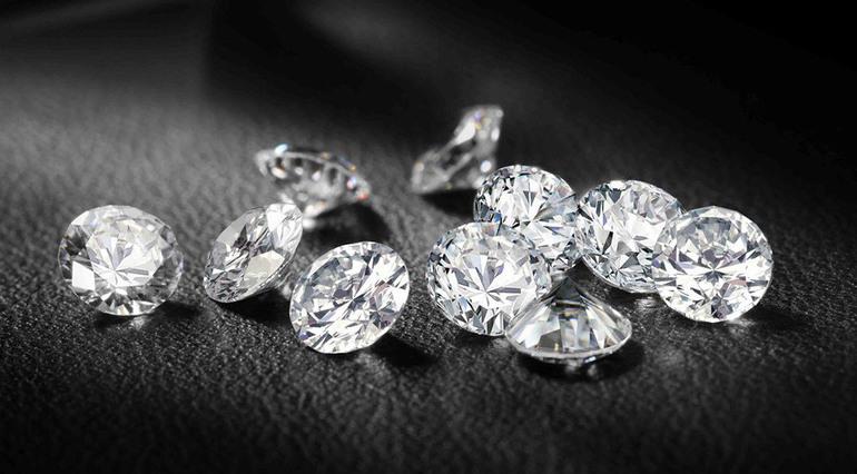 До чого сняться діаманти: втрачати або отримувати в подарунок, збирати алмазну розсип уві сні