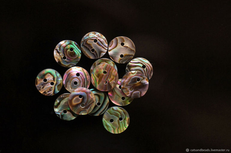 До чого сняться гудзики: застібати або пришивати їх на одязі, значення різнокольорових виробів по соннику