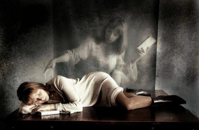 До чого сняться померлі родичі: сон про близьку небіжчика, що означає розмовляти з рідними, бачити труну