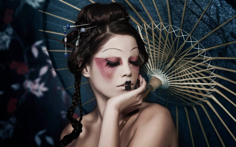 Фарбуватися у сні перед дзеркалом, до чого сниться косметика: тлумачення за авторитетним сонникам