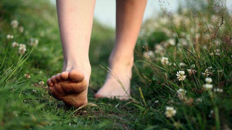 Ходити босоніж у сні: до чого сниться йти або бігти по дорозі або землі без взуття, тлумачення за різними сонникам