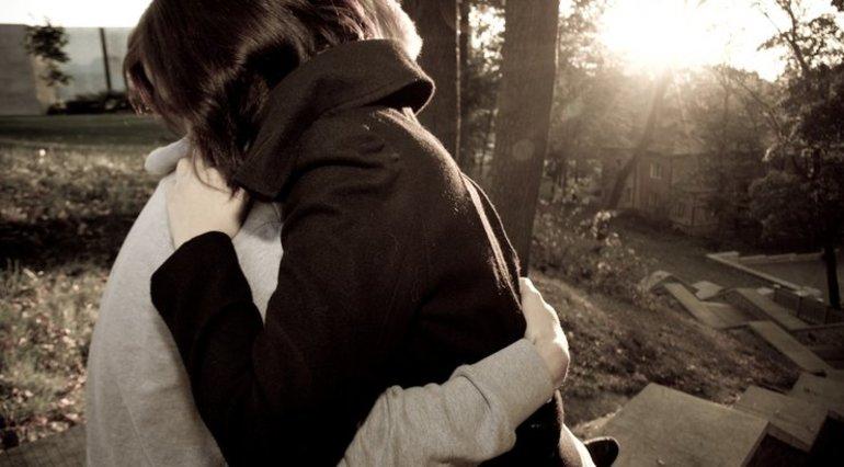 Обніматися у сні: трактування, до чого може приснитися обійняти чоловіка, собаку чи коханця