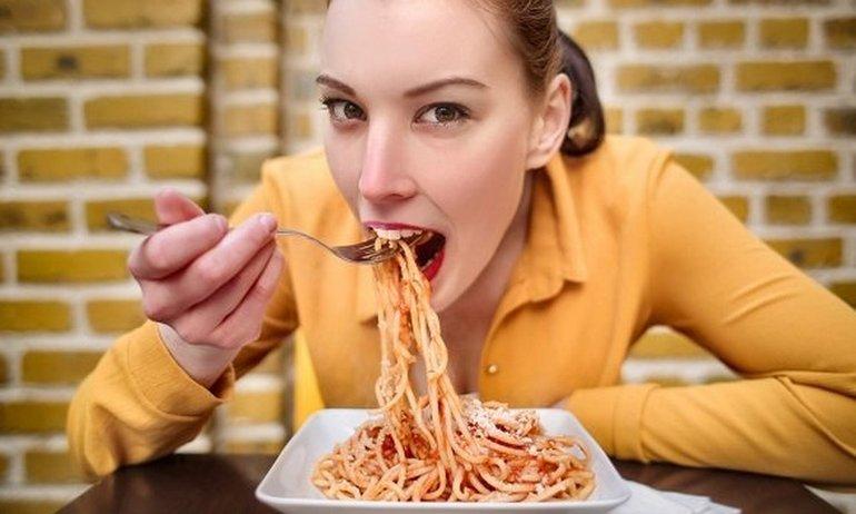 Розшифровка снів про процес приготування їжі: готувати, їсти, значення для чоловіків і жінок по сонникам