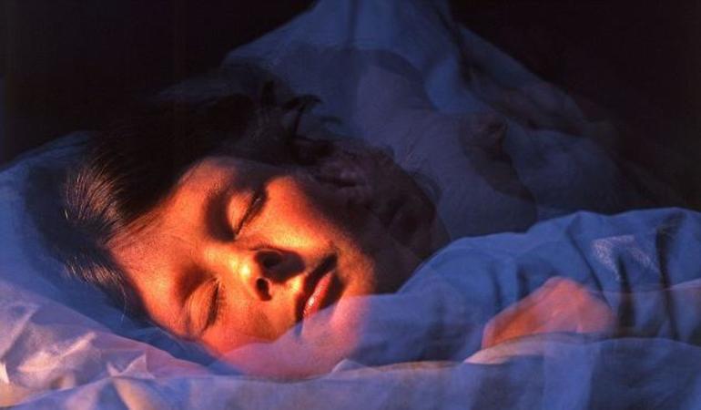 Сняться померлі батьки: що означає бачити одного і відразу обох покійників у сні в різних ситуаціях