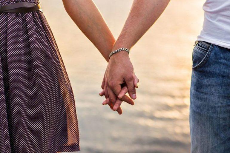 Триматися або брати за руки чоловіка або жінку: тлумачення за авторитетним сонникам