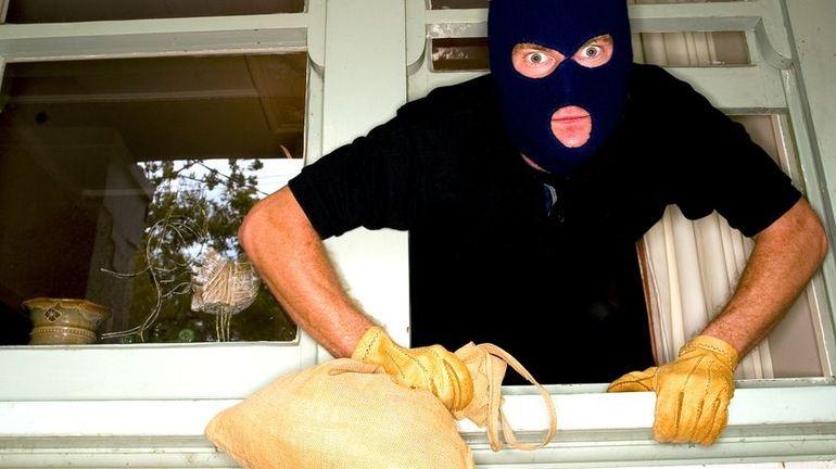 Злодій сонники: залезший у вікно, спійманий за руку, тікає в трактуваннях найпопулярніших сонників світу